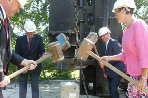 Burgemeesters slaan eerste paal voor nieuw gemeentehuis Goeree-Overflakkee
