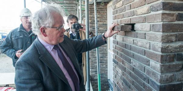 Wethouder Koningswoud legt 'eerste steen'