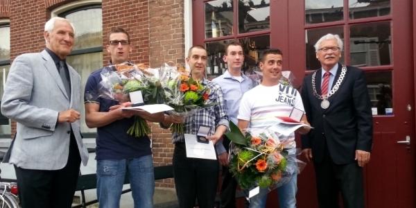 Vier helden uit Ooltgensplaat ontvangen legpenning van Carnegie Heldenfonds