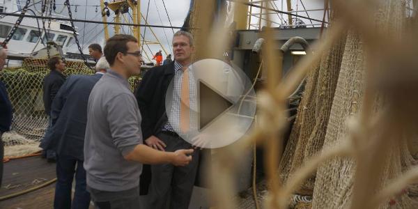 [Video] Tweede Kamerlid Elbert Dijkgraaf bezoekt visafslag Stellendam
