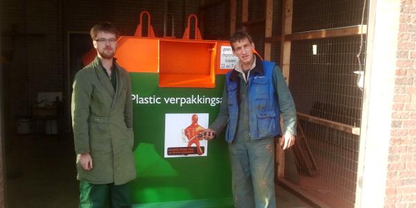 Wsw-medewerkers gemeente knappen afvalcontainers op
