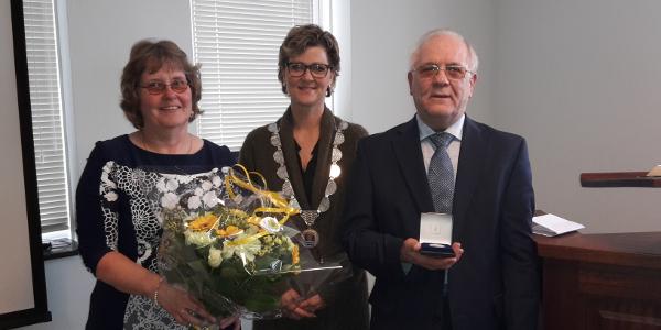 De heer Brooshoofd uit Oude-Tonge ontvangt gemeentepenning