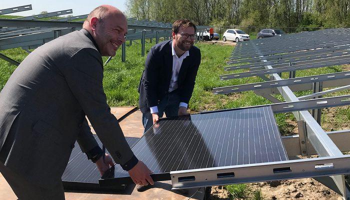 Plaatsing eerste zonnepaneel op zonnepark Ooltgensplaat