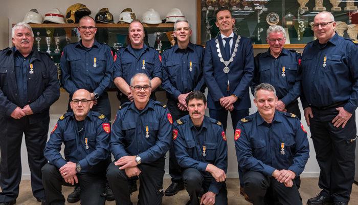 Tien brandweermannen Koninklijk onderscheiden in de brandweerkazerne van Dirksland